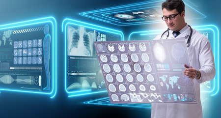 뇌 mri 스캔 결과를 연구하는 남성 의사
