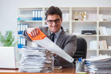 Boze agressieve zakenman in het kantoor