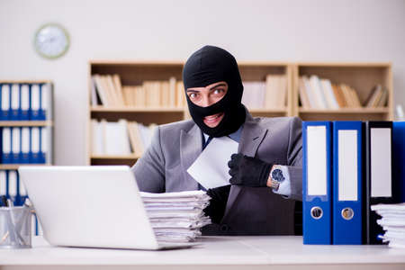 사무실에서 balaclava와 범죄 사업가 스톡 콘텐츠