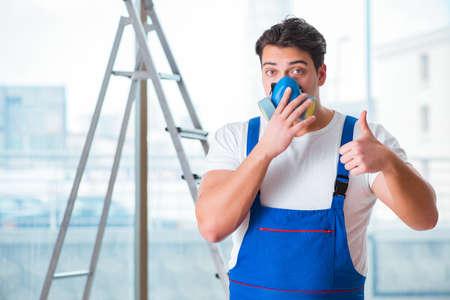 Joven trabajador con máscara de gas de cara protectora Foto de archivo - 77621502