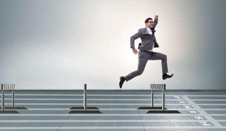 Hombre de negocios saltando sobre las barreras en el concepto de negocio Foto de archivo - 77825620