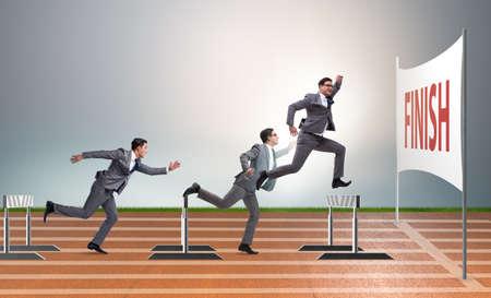 Hombre de negocios saltando sobre las barreras en el concepto de negocio