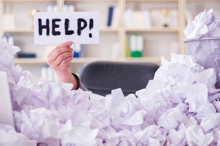 Hombre de negocios en el concepto de reciclaje de papel en la oficina