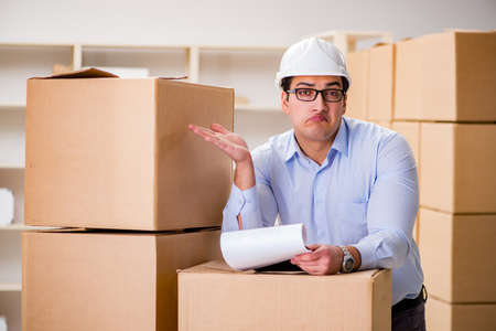 Homme travaillant dans un service de relocalisation Banque d'images - 78704844