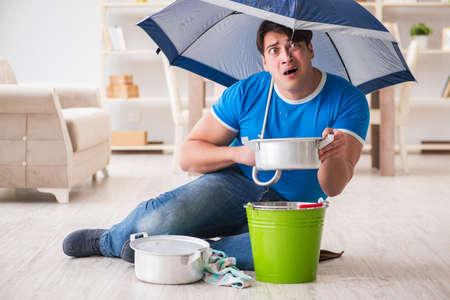 Man thuis omgaan met buurwater overstroming lek Stockfoto