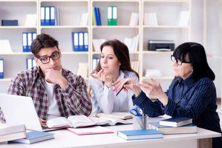 Jovem estudante e professor durante a aula de tutoria Foto de archivo - 79166581