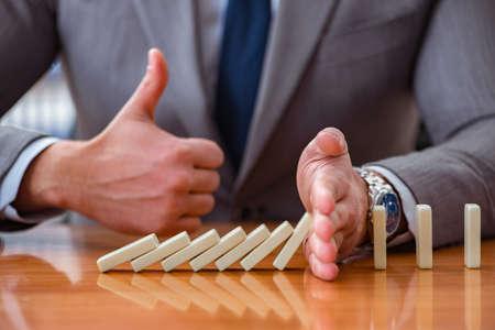 Zakenman met domino's in het kantoor Stockfoto