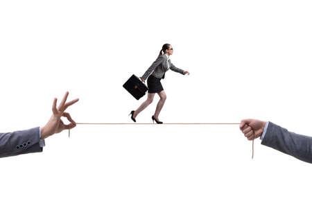 Die Geschäftsfrau, die auf festes Seil geht, fangen Geschäftskonzept ein Standard-Bild