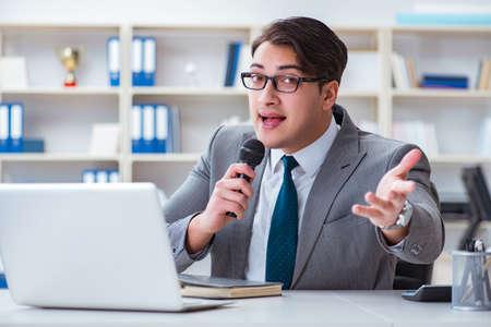 사무실에서 노래하는 사업가 스톡 콘텐츠
