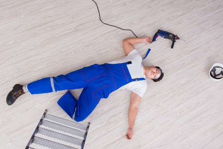 Werknemer na het vallen van de hoogte - onveilig gedrag Stockfoto