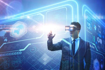 Hombre de negocios en realidad virtual de comercio en el mercado de valores Foto de archivo - 80086270
