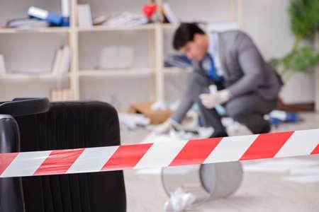 Jeune homme lors d'une enquête criminelle au bureau Banque d'images - 80531628