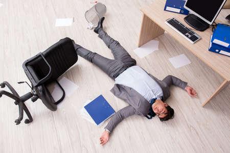 Businessman dead on the office floor Archivio Fotografico