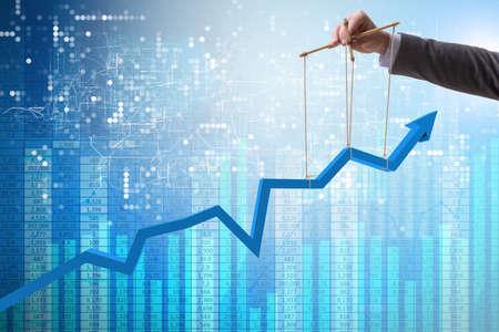 Zakenman die de groei in economie houdt Stockfoto