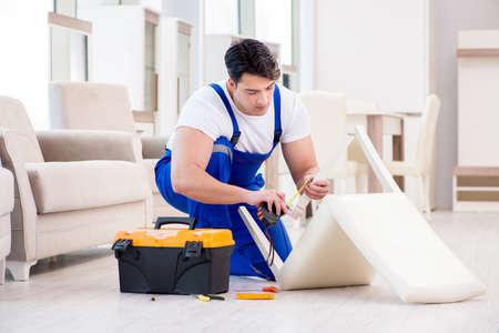 家具修理店で働いて