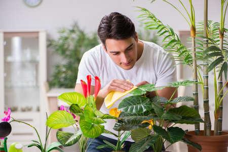 Jonge man in het tuinieren concept thuis