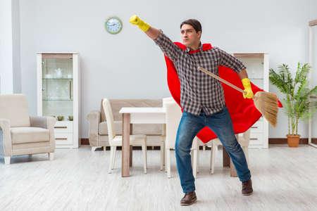 Superheld-Reiniger zu Hause arbeiten Standard-Bild - 81735819