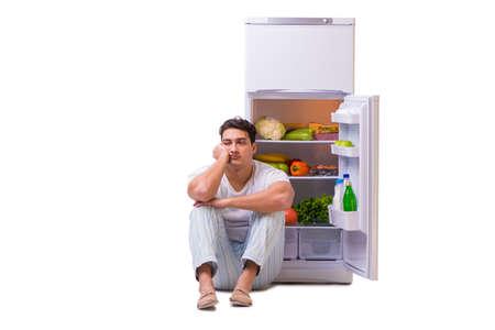 음식이 가득한 냉장고 옆 사람