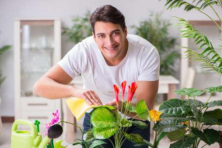 Jeune homme dans le concept de jardinage à la maison Banque d'images