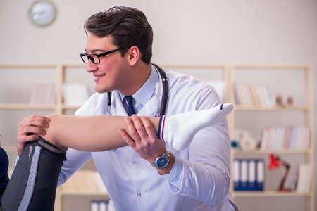 Mann Arzt Pflege Sportverletzung Standard-Bild - 82230138