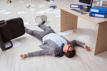 Kaufmann tot auf dem Büroboden Standard-Bild - 82311737