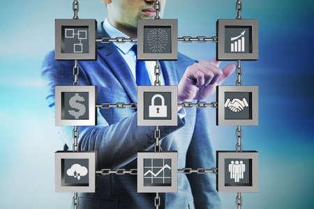 Zakenman in blockchain cryptocurrency concept
