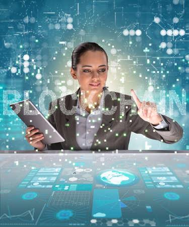 Blockchain cryptocurrency コンセプトの女性実業家