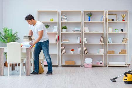 自宅で掃除をしている人