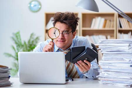 Mad auditor op zoek naar fouten in het rapport Stockfoto