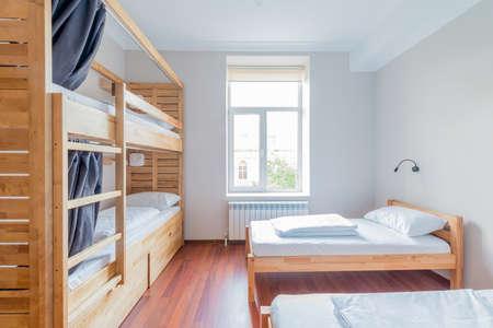Hostel slaapzalen ingericht in de kamer Stockfoto - 84014839