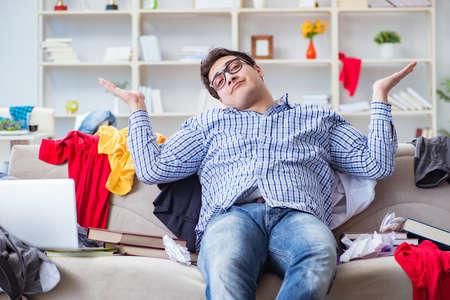 Jeune homme travaillant étude dans une salle désordonné Banque d'images - 84359145