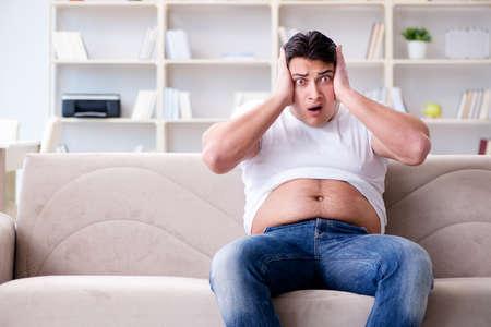 Mann leidet unter extra Gewicht in Diät-Konzept Standard-Bild - 84352192