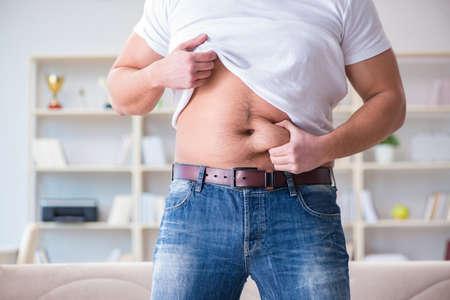 Mann leidet unter extra Gewicht in Diät-Konzept Standard-Bild - 84325759
