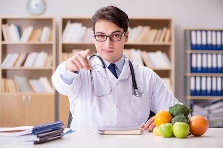 Wetenschapper studeert voeding in diverse voedingsmiddelen Stockfoto