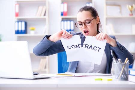 Zakenvrouw scheuren haar contract uit elkaar Stockfoto