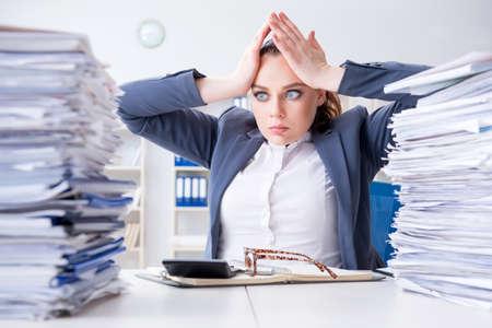 事務処理のワークロードで疲れて実業家 写真素材