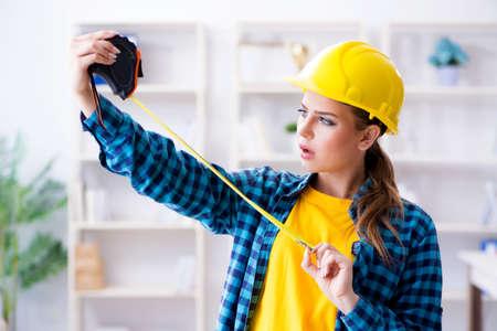 Femme dans l'atelier avec ruban à mesurer Banque d'images - 84372624