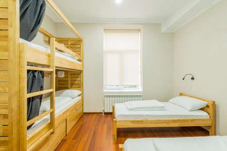 숙소 기숙사 침대가 방안에 마련되어 있습니다. 스톡 콘텐츠