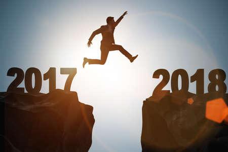 Zakenman kijkt uit naar 2018 vanaf 2017 Stockfoto - 84400348