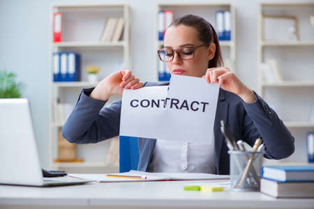 Businesswoman tearing apart her contract Stockfoto