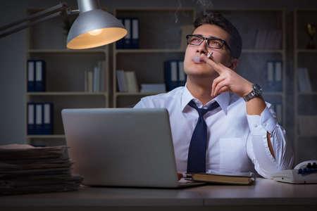 직장에서 스트레스를 피우는 사업가