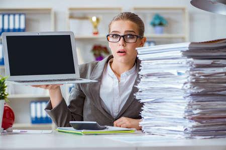 Jonge onderneemsteraccountant die in het bureau werkt