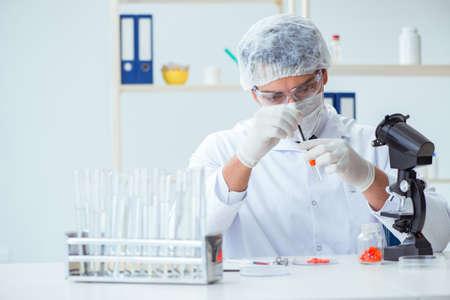 Doctor testing new drugs for medical purposes Zdjęcie Seryjne