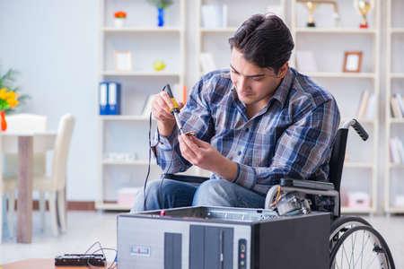 réparateur d & # 39 ; ordinateur portable sur fauteuil Banque d'images