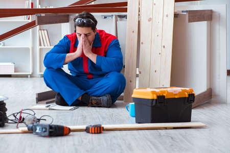 Jeune charpentier au travail fatigué ne se sent pas bien Banque d'images