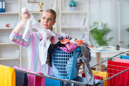 洗濯をして疲れて落ち込んでいる主婦