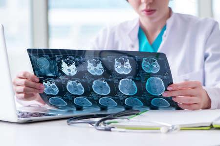 docteur examinant irm image à l & # 39 ; hôpital