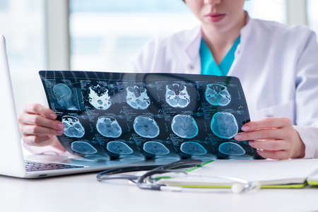 doctor examinar la imagen de resonancia magnética en el hospital