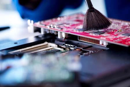 Repairman pracy w technice wsparcia ustalania komputera laptop tr Zdjęcie Seryjne