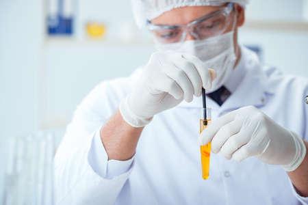 Médico que examina la orina de los pacientes con fines médicos Foto de archivo - 87334851